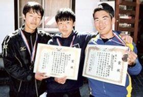 3位入賞した浜松大平台男子シングルスの鈴木(右)とダブルスカルの山本(左)、吉沢=浜松市天竜ボート場