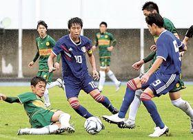 静岡学園高ー清水桜が丘高 中盤で競り合う両チームの選手=清水総合運動場陸上競技場