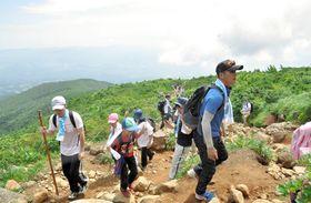 夏の登山を楽しむ参加者
