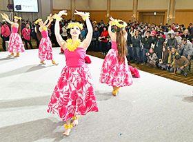 アトラクションでフラを披露するスパリゾートハワイアンズ・ダンシングチームのメンバー