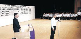 抽選でくじを引く出場校の主将=津幡町文化会館シグナス