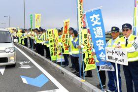 新居浜市で「人の輪作戦」を実施し、交通安全を呼び掛ける市民