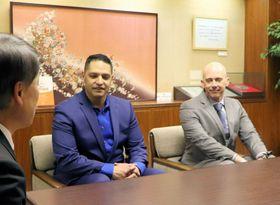 三崎市長と面会する次期司令官のベネディクト少佐(右)とブガド少佐=京丹後市峰山町・市役所