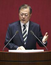 22日、ソウルの韓国国会で演説する文在寅大統領(共同)
