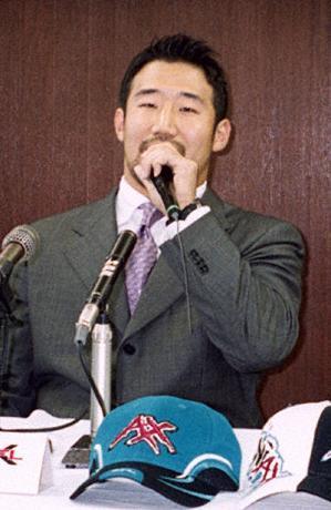 01年、記者会見するXFLでプレーした山田晋三選手=大阪スポーツ会館