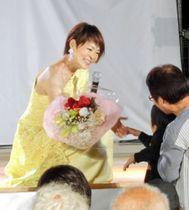 ファンから花束を受ける門倉さん
