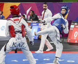 男子54キロ級2回戦 カザフスタン選手(左)と対戦する東島=マンチェスター(共同)