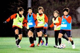 リーグ開幕へ向け、練習に励む愛媛FCLの選手ら=11日夜、愛フィールド梅津寺