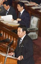 衆院本会議で代表質問する立憲民主党の枝野代表。奥右は安倍首相=24日午後