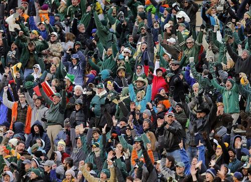 ニューメキシコボウルでワシントン州立大に勝利して喜ぶコロラド大のファンら=21日、アルバカーキ(AP=共同)