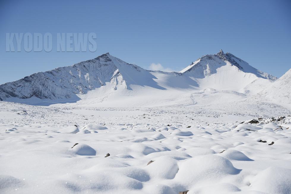 そびえる雪化粧の山々