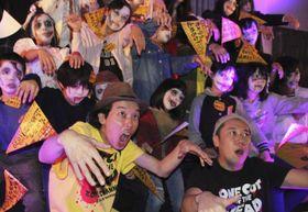 「カメラを止めるな!」に登場するゾンビに扮した地元の子どもたちとポーズをとる上田慎一郎監督(手前左)=20日午後、滋賀県長浜市