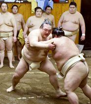 貴景勝(右)と稽古する稀勢の里=東京都江東区の尾車部屋