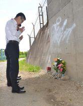 9年前にタクシー運転手の男性が殺害された現場で手を合わせる捜査員ら=平塚市横内