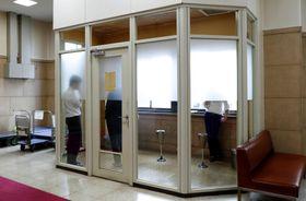 財務省内に設置されている喫煙所=24日