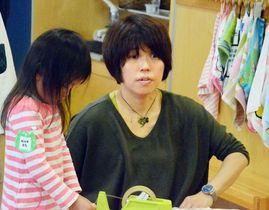 制作する女の子と話す浅羽聡美さん=東京・豊洲のシンフォニア保育園