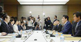 首相官邸で開かれた教育再生実行会議=17日午後