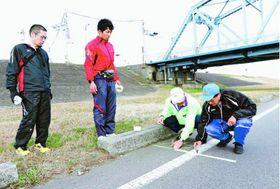 とくしまマラソンのコースを確認する日本陸連の検定員ら=徳島市内