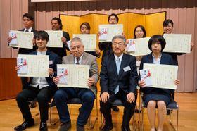 【渡辺社長(右から2人目)から表彰状と目録を受け取った「33FGビジネスプランコンテスト」受賞者の皆さん=四日市市諏訪町で】