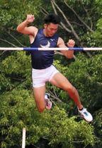 男子棒高跳び5メートル20をクリアした関学大の三戸田湧司