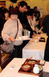 試食会で料理を楽しむ参加者ら=加古川プラザホテル