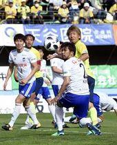 後半9分、栃木SCの大黒(右奥)が先制のヘディングシュートを決める=県グリーンスタジアム