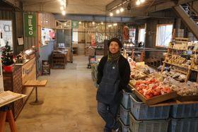 ミカン選果場から生まれ変わった店内。「いろんな人が来て解け合うような空気感をつくりたい」と語る江口さん=長与町