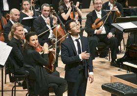 ロン・ティボー・クレスパン国際音楽コンクールで決勝の協奏曲の演奏を終えたピアニストの三浦謙司さん(手前)=15日、パリ(共同)