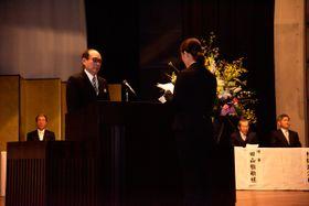 【豊田学長(左)の前で宣誓する新入生代表=鈴鹿市南玉垣町の鈴鹿医療科学大学白子キャンパスで】