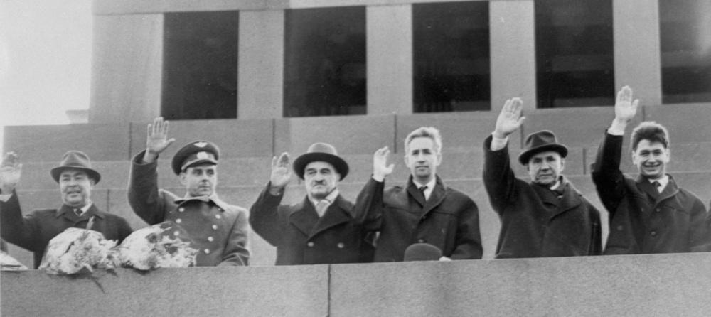 1964年10月19日、歓迎会で壇上から手を振るボスホート宇宙船の乗組員ら。左端がブレジネフ・ソ連共産党第1書記=モスクワ(UPI=共同)