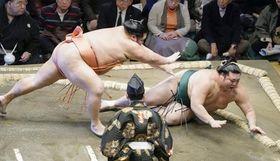 豊山(右)が突き倒しで千代大龍に敗れる=両国国技館