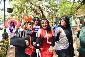 18日、インド南部ベンガルール中心部で、日本の漫画のコスプレをして練り歩くインドのファンら(共同)