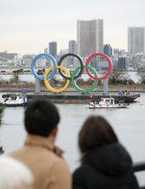 お台場海浜公園内の水上に設置された五輪マークのモニュメント=17日午前、東京都港区