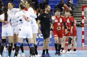 モンテネグロに敗れ、肩を落とす永田し(28)ら日本=パークドーム熊本