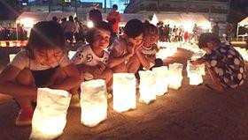 福岡大空襲の犠牲者を慰霊し、平和の祈りを込めて灯明を並べた