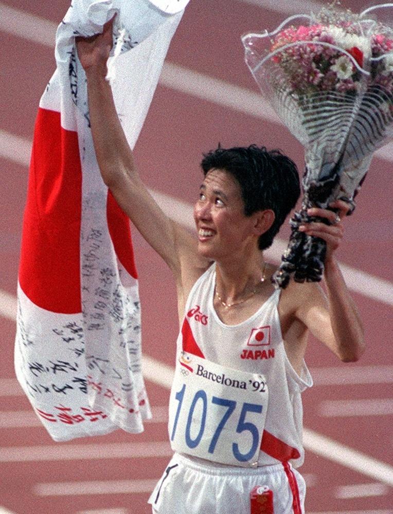 1992年バルセロナ五輪女子マラソンで2位に入り、日の丸を手に歓声に応える有森裕子(共同)