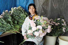 「花の存在が心の張りになりました」と大事そうに花を抱える米光セツミさん=御船町
