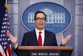 ホワイトハウスで記者会見するムニューシン米財務長官=15日、ワシントン(AP=共同)