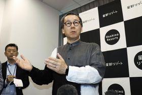 取材に応じる星野リゾートの星野佳路代表=28日、大阪市