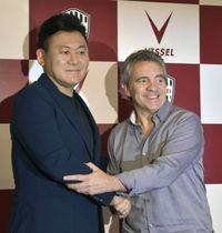 記者会見を終え、J1神戸の三木谷浩史会長(左)と握手するフアンマヌエル・リージョ氏=17日午後、神戸市