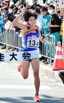 優勝を決め、人さし指を突き上げてフィニッシュする女子・須磨学園のアンカー荒井優奈