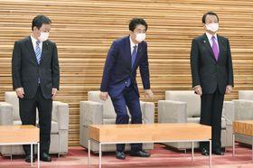 通常方式の定例閣議に臨む安倍首相(中央)ら=29日午前、首相官邸