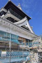 真新しい屋根や壁が見えるようになった熊本城の大天守。4階以上の工事用足場が取り外されている=16日、熊本市中央区(高見伸)