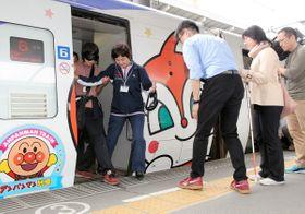 電車を降りる際のサポート方法を学ぶ参加者=高松市浜ノ町、JR高松駅