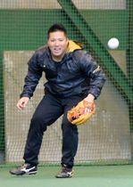 ノックを受ける西武・山川=西武第二球場