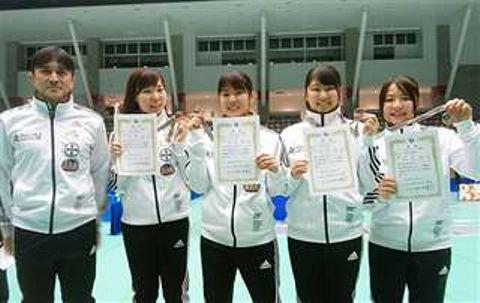 女子フルーレで3位に入った秋田市役所の(左から)安部監督、鈴木、高橋、岡部、安部=福井・越前市AW―1スポーツアリーナ