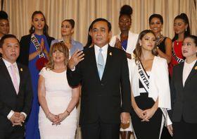 11日、バンコクで開かれたミス・ユニバース関連のイベントで発言するプラユット首相(中央)(AP=共同)
