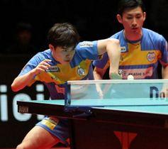 ダブルスで逆転勝ちした岡山リベッツの森薗政崇(左)と上田仁=両国国技館