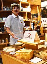 新商品の食パンや牛乳パンを紹介する植木さん