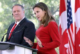 記者会見するカナダのフリーランド外相(右)とポンペオ米国務長官=22日、オタワ(ロイター=共同)